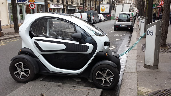 Here's an interesting little new car: a Smart Car-looking, single person electric Renault.